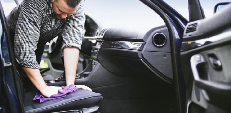 Lavar el coche a mano es el método más efectivo